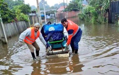 Suman familias afectadas por la crecida del río en Asunción