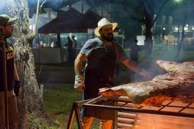 San Ignacio: Alan Fretes y su nueva forma de servicio de parrilla ''una vaca entera''
