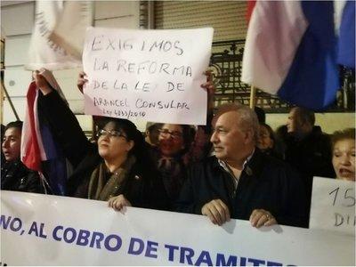 Connacionales piden  cabeza de cónsul en Buenos Aires