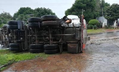 HOY / Camión cisterna vuelca camino al Hospital Nacional de Itauguá y provoca derrame de combustible