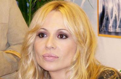 'Lo peor que sufrí en un escenario': Marta Sánchez suspendió concierto tras ser atacada con huevos