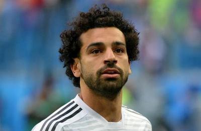 'Esto es lo que hacen los reyes egipcios': sorprenden a Mohamed Salah durmiendo en el piso de un avión