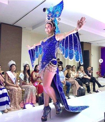 Reina paraguaya lució como ave en traje alegórico