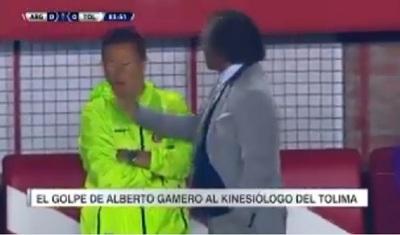 DT colombiano sopapea a su asistente en durante partido