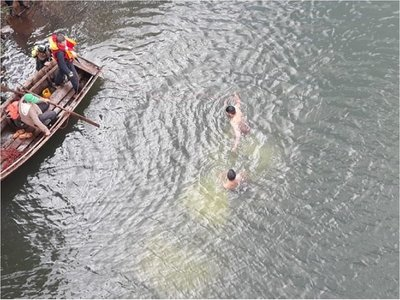 Rescatan a uno de los ocupantes de vehículo que cayó al río