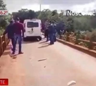 Se salva uno de los ocupantes de vehículo que cayó a río Yguazú