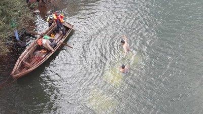 Rescatan a uno de los ocupantes de vehículo que cayó al río Yguazú