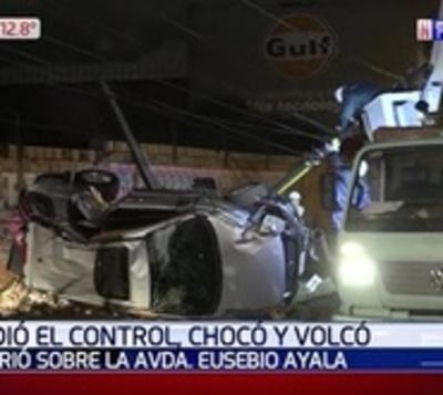 Conductor sale ileso tras volcar y derribar dos columnas de la ANDE