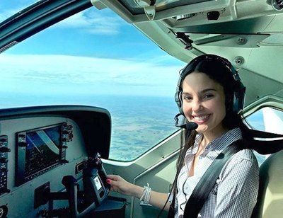 Miss cumplió uno de sus  sueños de piloto