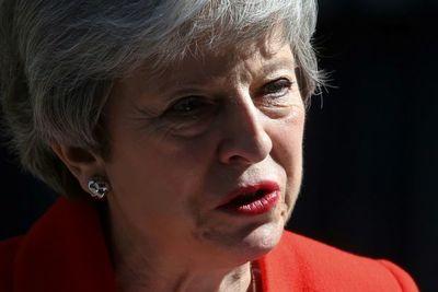 May dimite, derrotada por un Brexit imposible