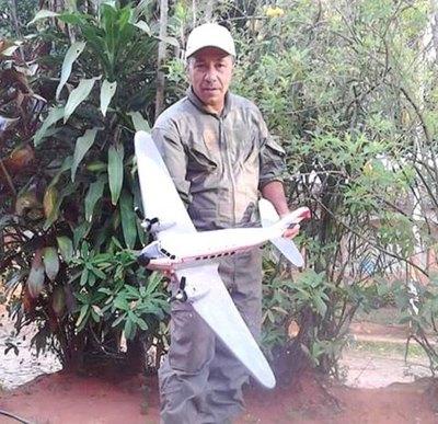 Don transforma la  madera en aviones  que son re-purete