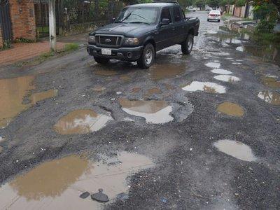 Calles que fueron desvíos por obras viales están destruidas