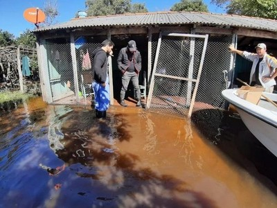 Asisten a familias aisladas por inundaciones
