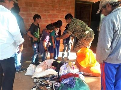 Agentes policiales entregan alimentos y ropas en zonas alejadas del Chaco
