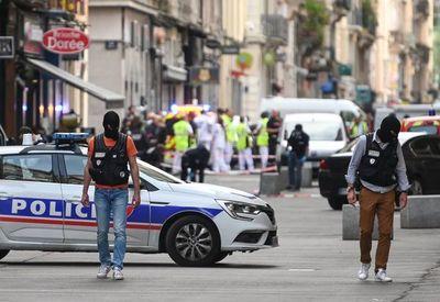 Francia busca a sospechoso tras ataque con paquete bomba en Lyon