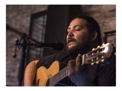 Músico paraguayo interpreta Wonderwall de Oasis en guaraní
