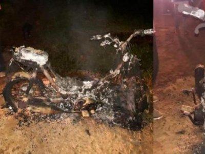 Se fue a marcar y el ex de su novia le quemó la moto