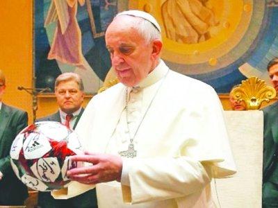 El Papa pelotero tiró consejos a futboleros
