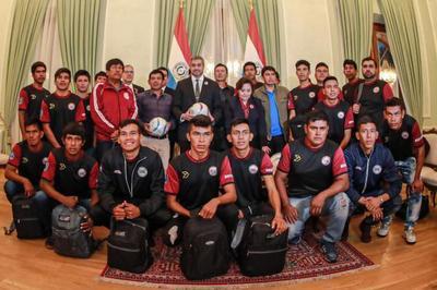 Audiencia con equipo de fútbol Chamacoco: Mandatario reitera compromiso con el desarrollo del Chaco
