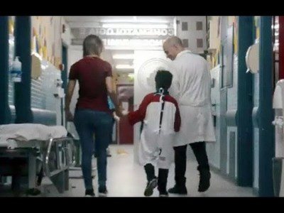 Camisetas de Cerro se convierten en batas y mejora ánimo de niños