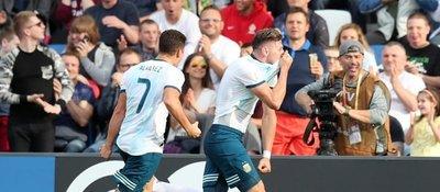Argentina pone un pie en octavos