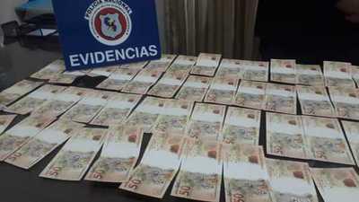 Detienen a hombre con más de 4.000 reales falsos