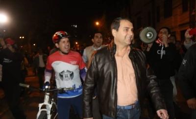 """HOY / Al grito de """"¡Fuera corrupto!"""", echan a Federico Franco de la Plaza de Armas"""
