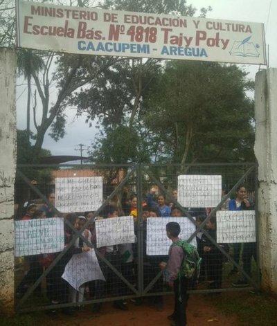 Exigen docente en una escuela de Areguá