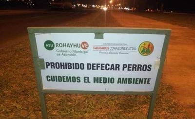 "HOY / ""Prohibido defecar perros"", el cartel que desata críticas a la comuna asuncena"