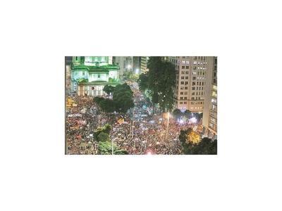 Estudiantes protestan  contra recortes a la educación en Brasil