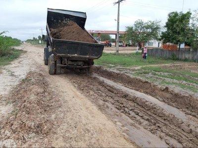 Gobernación se suma a tarea de reparación de caminos en el Chaco