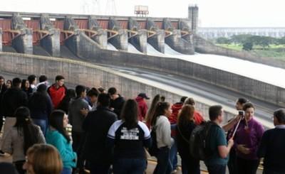 Gran cantidad de visitantes en Itaipu apreciaron compuertas abiertas