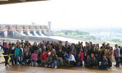 Una gran cantidad de público apreció el vertido de las aguas de la represa de Itaipú