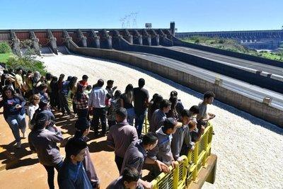 Público apreció vertido de las aguas de Itaipú