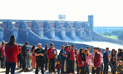 Más de 5.000 personas apreciaron la apertura del vertedero de Itaipú este fin de semana