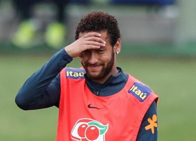 HOY / Un Neymar poco sonriente se entrena con Brasil tras acusación de violación