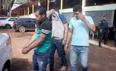 Trío detenido por agredir a personal policial