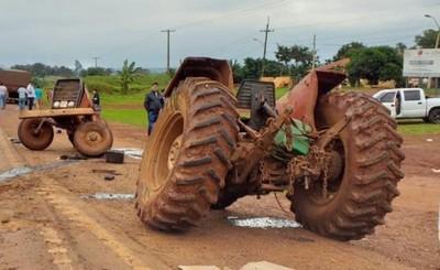 Tractor se parte en dos al ser embestido por camión