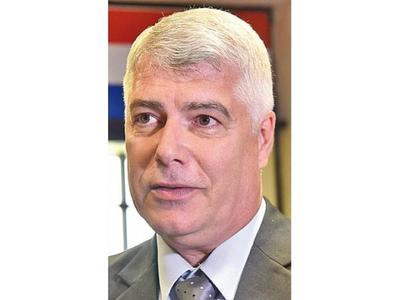Wiens cambia a director jurídico cuestionado por adjudicaciones