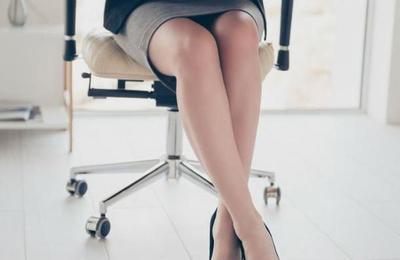 Polémica por empresa que entrega bono a empleadas que asisten con falda corta y maquillaje