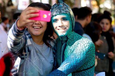 Artistas del Cirque du Soleil sacan OVO a la calle
