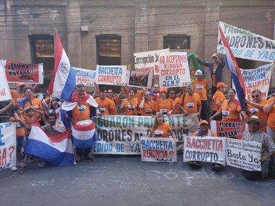 Arrojan agua desde el JEM a escrachadores que piden renuncia de Bacchetta