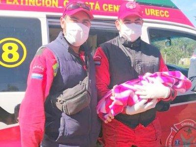 Bomberos asisten parto de emergencia en precaria vivienda