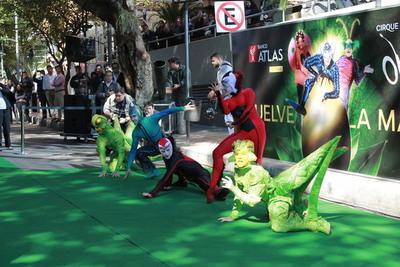 Artistas del Cirque Du Soleil sorprenden y cautivan en las inmediaciones del Atlas Center