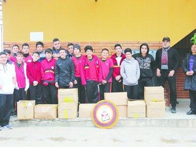 Rogelio Delgado y sus pupilos entregaron víveres a los chaqueños