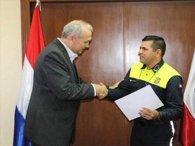 Agente de tránsito de Asunción es reconocido por buena acción