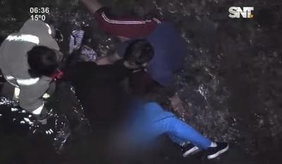 Rescatan a mujer que cayó al arroyo Mburicaó