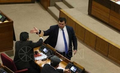 HOY / Habló 6 horas seguidas en inútil intento de defenderse: Dionisio echado del Congreso