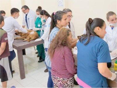 Damnificados y sus mascotas reciben asistencia en el Bañado Sur