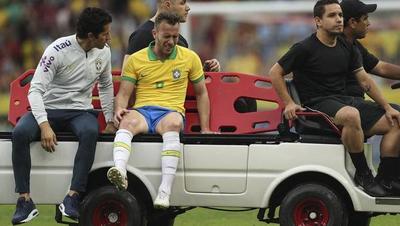 Arthur se retiró lesionado del Brasil-Honduras y la preocupación crece